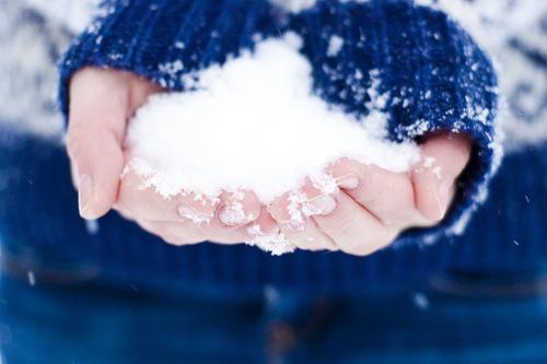 mains-dans-la-neige