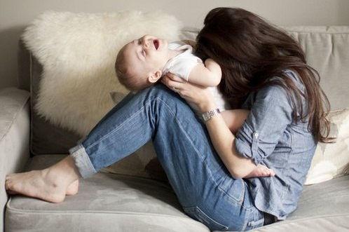 maman-qui-joue-avec-son-bebe